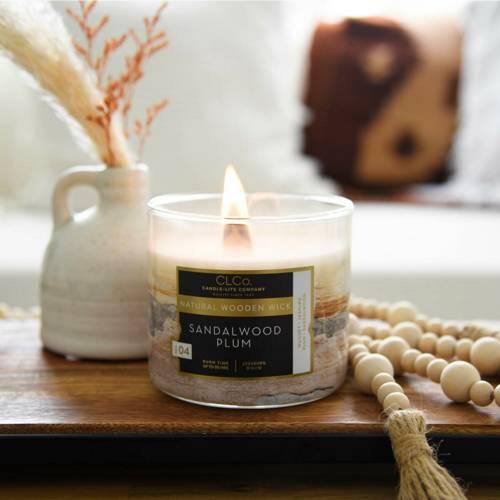 Candle-lite CLCo Candle Wooden Wick 14 oz luksusowa świeca zapachowa z drewnianym knotem ~ 90 h - No. 02 Sandalwood Plum